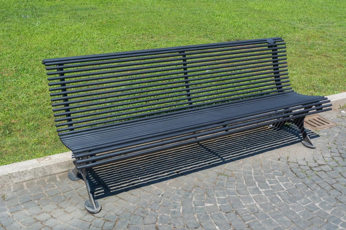 Immagini belle tavolo panchina piazza parco mobilia for Mobilia italia