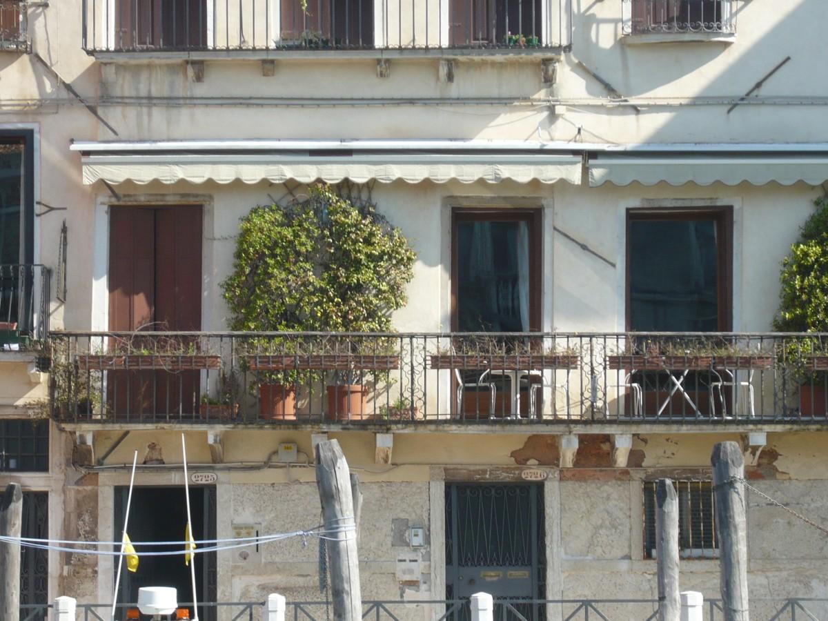 Images gratuites bois maison fen tre toit b timent balcon chalet italie fa ade for Fenetre villa