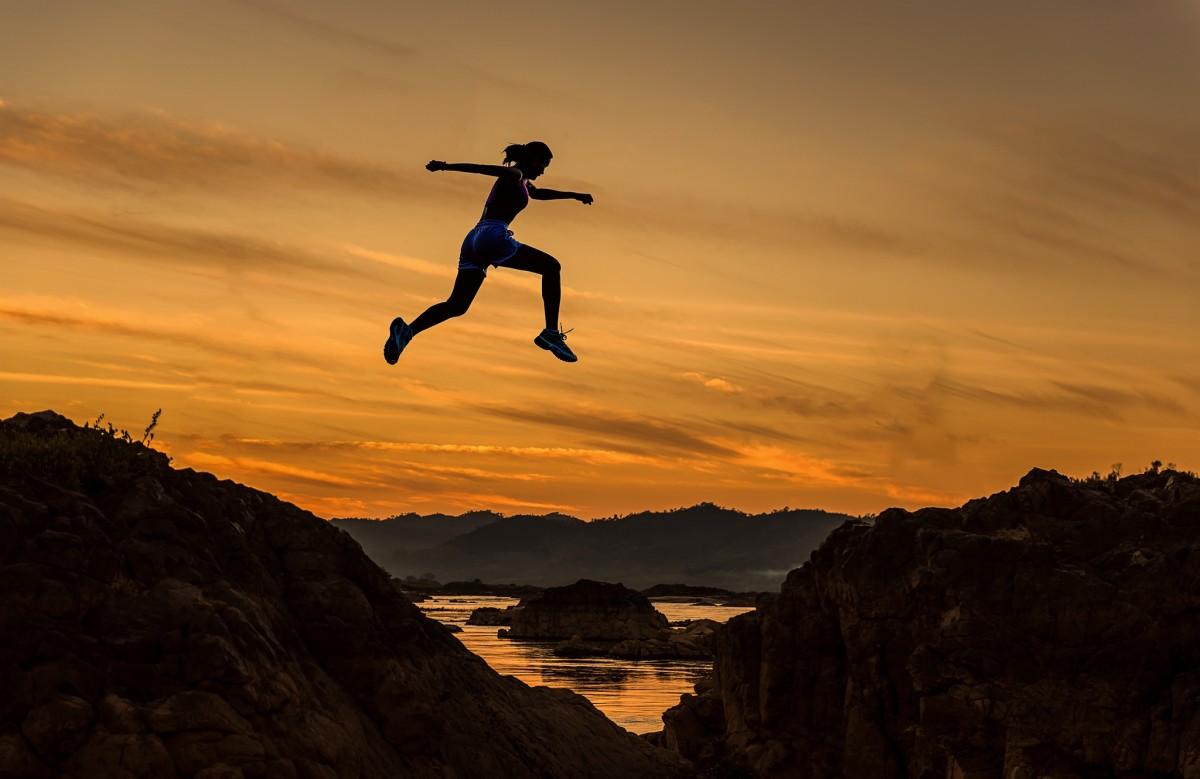 playa, mar, costa, al aire libre, rock, Oceano, silueta, nube, sol, mujer, amanecer, puesta de sol, luz de sol, Mañana, ola, aventuras, amanecer, volador, saltar, Saltando, movimiento, acantilado, oscuridad, noche, joven, alto, espacio, libertad, salto, extremo, deporte extremo, Gol, vida, competencia, Deportes, valor, determinación, montañas, peligro, concepto, barrera, encima, difícil, prisa, rápido, hermoso, disfrutar, ganador, empresario, peligroso, financiero, reto, éxito, fracaso, fluido, expresivo, exitoso, lograr, de los hombres, el negocio, explotar