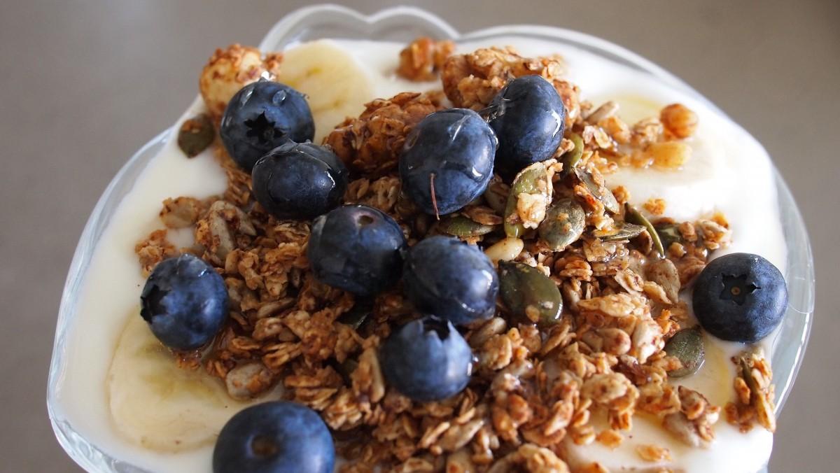 Yogurt granola blueberries fruit parfait breakfast food healthy 860637