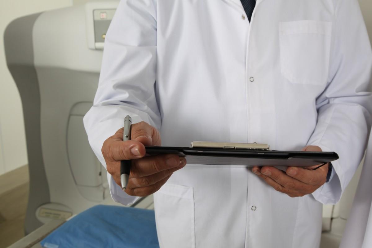 la personne professionnel métier bras cuisinier hôpital docteur injection traitement une analyse guérir maladie je suis un étudiant Tomographe médecin généraliste