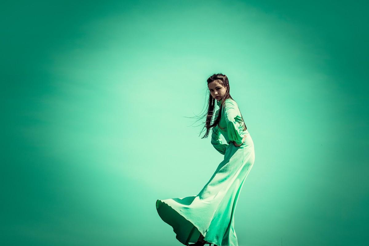 гибкие девочки девушки в зеленой форме танцуют все