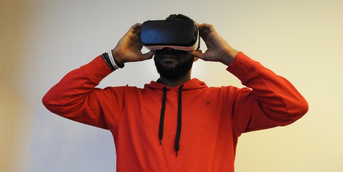 https://c.pxhere.com/photos/37/2d/man_black_virtual_reality_samsung_gear_vr_technology_future-616743.jpg!d