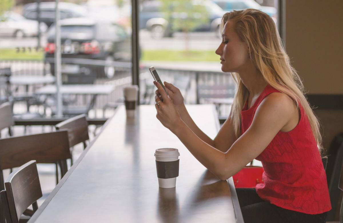 Smartphone persona cafetería café niña mujer blanco restaurante hembra mostrador joven teléfono sentado compras estilo de vida relajante adentro atractivo sentido