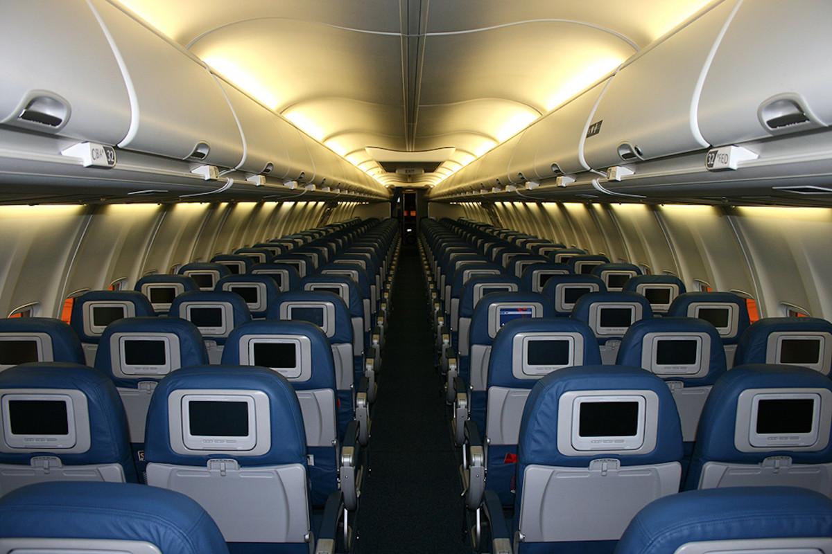 座席 インテリア 飛行機 航空機 ジェット 輸送 車両 航空会社 航空 キャビン 空の 点灯 公共交通機関 設計 旅客 旅客機 航空機客室 収納スペース 荷物室