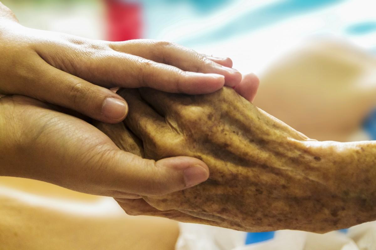 mano pierna dedo comida Produce cuidado horneando brazo participación de cerca cuerpo humano ayuda piel envejecimiento mayor enfermera mano a mano apoyo cuidando Envejecido hospicio personas de edad avanzada enfermería sentido Mano amiga Manos cariñosas Cuidado de ancianos mano vieja