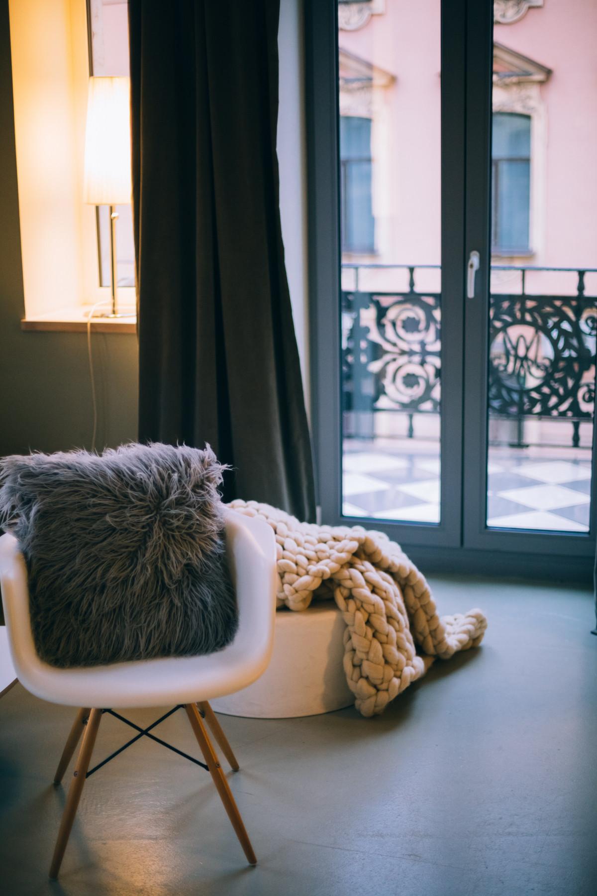 ac6d7fbdd256 nábytok izbu sediaci gauč stoličky Domov okno interiérový dizajn drevo  podlaha dievča textilné kožušina dom podlaha