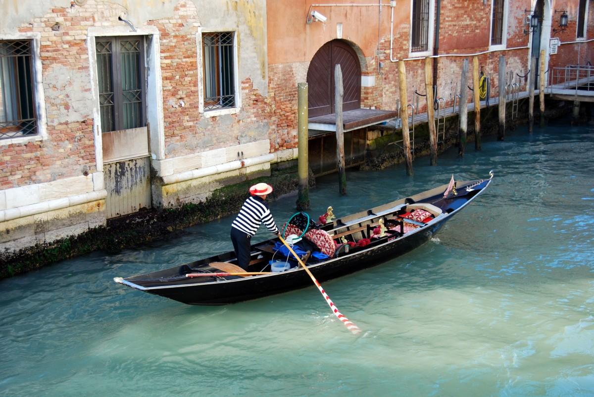 zee water boot voertuig Italië Venetië waterweg roeien kanaal gondel waterscooters waterscooters roeien