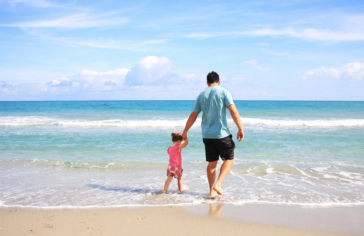 playa mar costa arena Oceano horizonte apuntalar ola vacaciones padre Cuerpo de agua soleado familia caribe capa hija papi Onda de viento