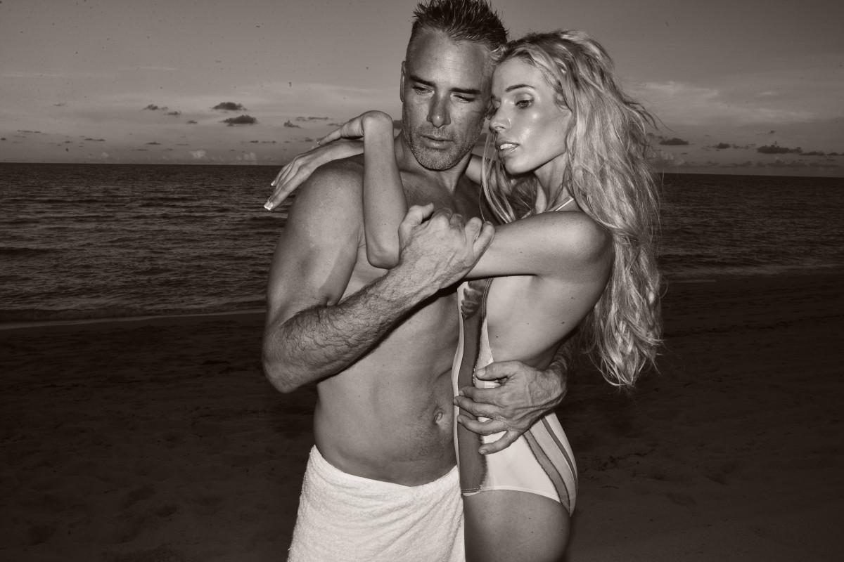 ハンド おとこ ビーチ 海 砂 海洋 人 黒と白 人 空 女性 日没 写真 休暇 男性 愛 モデル 若い カップル ロマンス ロマンチック 二 黒 モノクロ 一緒に 筋 屋外 ハッピー 写真 美しさ 恋人 画像 感情 大人 インタラクション 写真撮影 ビーチカップル モノクロ写真 カップルビーチ 人間の位置 アートモデル