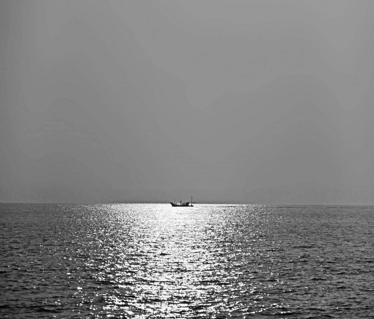 5d4c1876c more mora rybárske lode loď scenéria prírodný čierna a biela slnko Voda voda