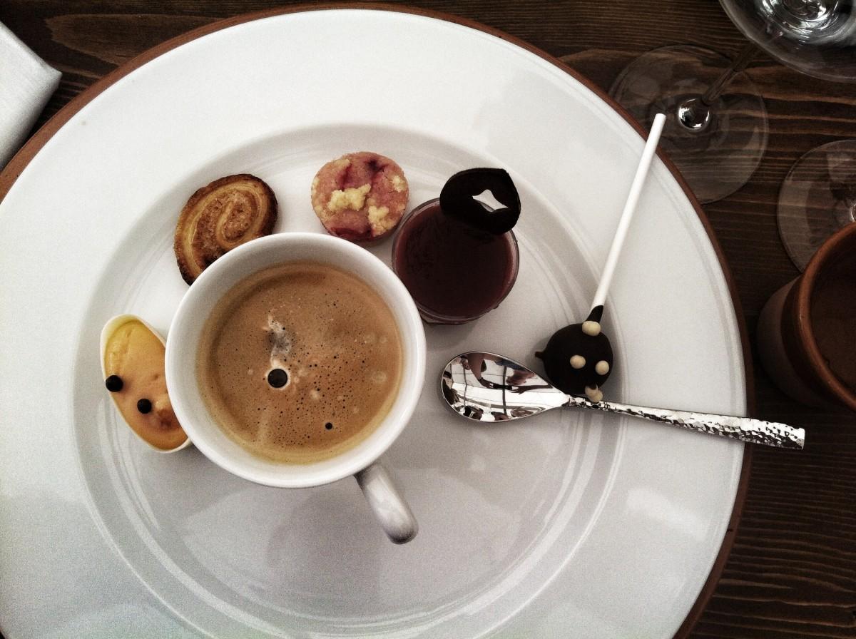 картинки кофе в тарелке выравнивают