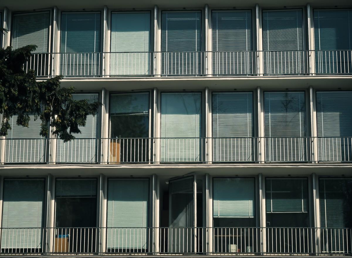Images gratuites architecture blanc rue maison for Fenetre zone de qualification