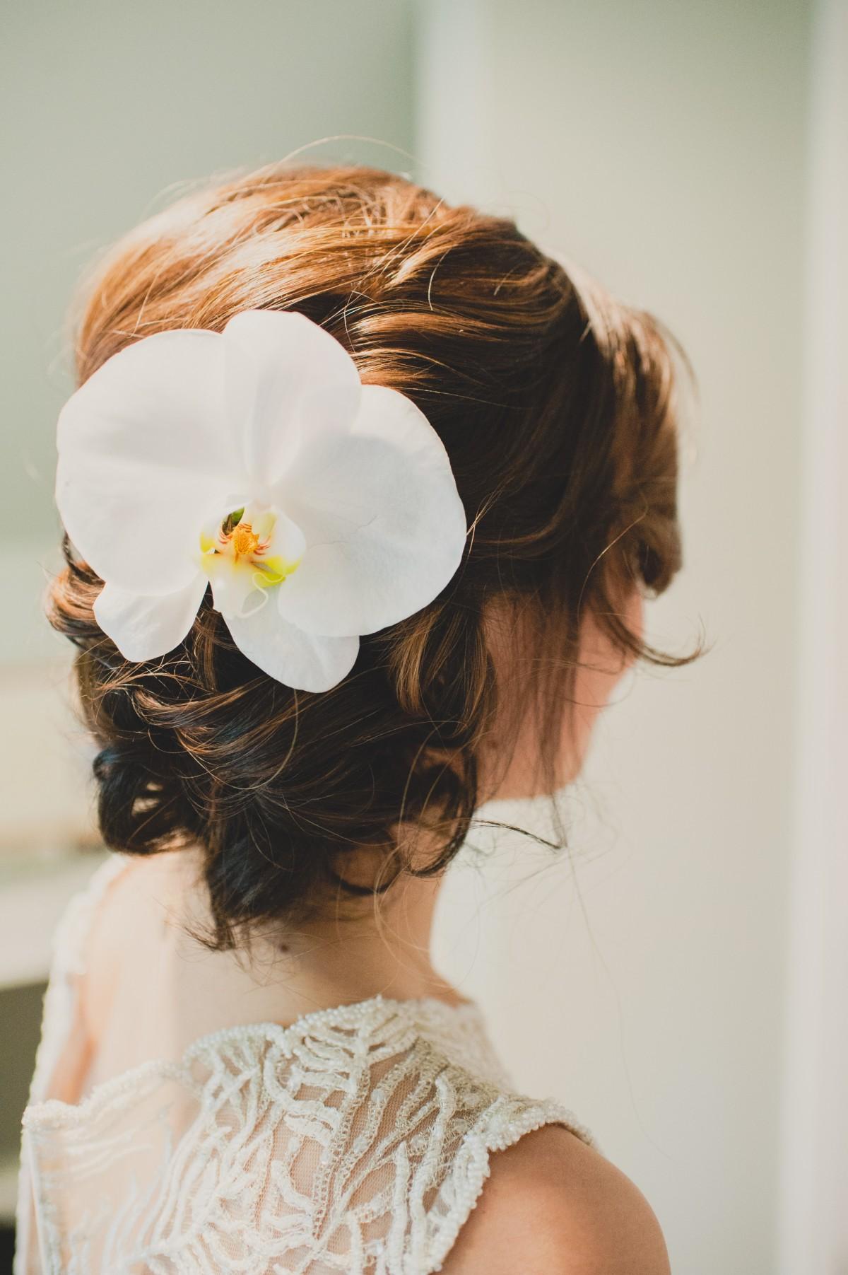 Белые орхидеи на прическе