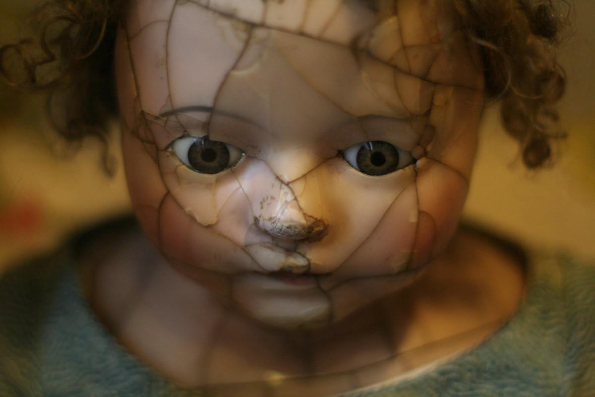 fille cru portrait cassé enfant jouet sourire bouche fissuré fermer visage poupée nez bébé œil des lunettes tête peau organe douceur Soins de la vue