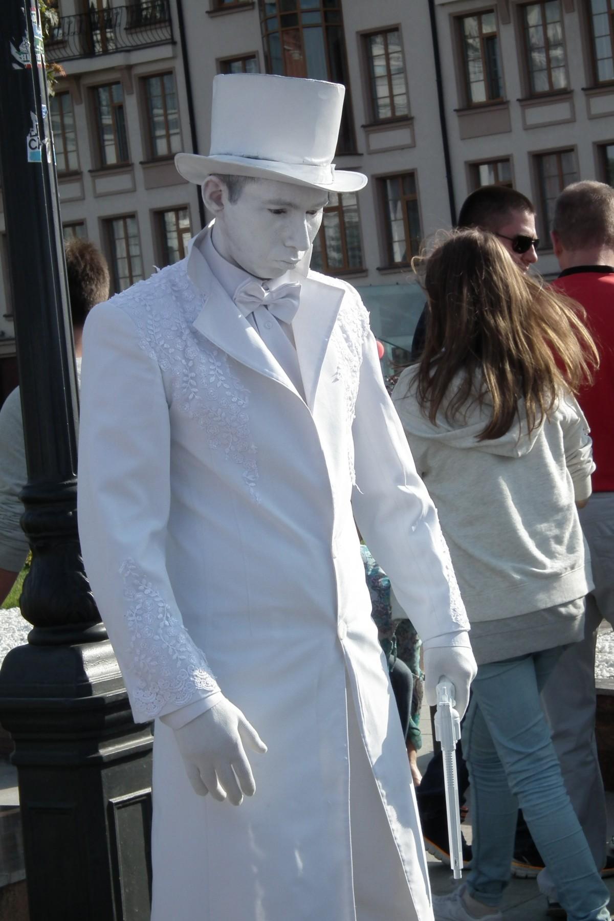 Fotos gratis : hombre, Monumento, estatua, primavera, carnaval, artista, Moda, ropa, disfraz ...