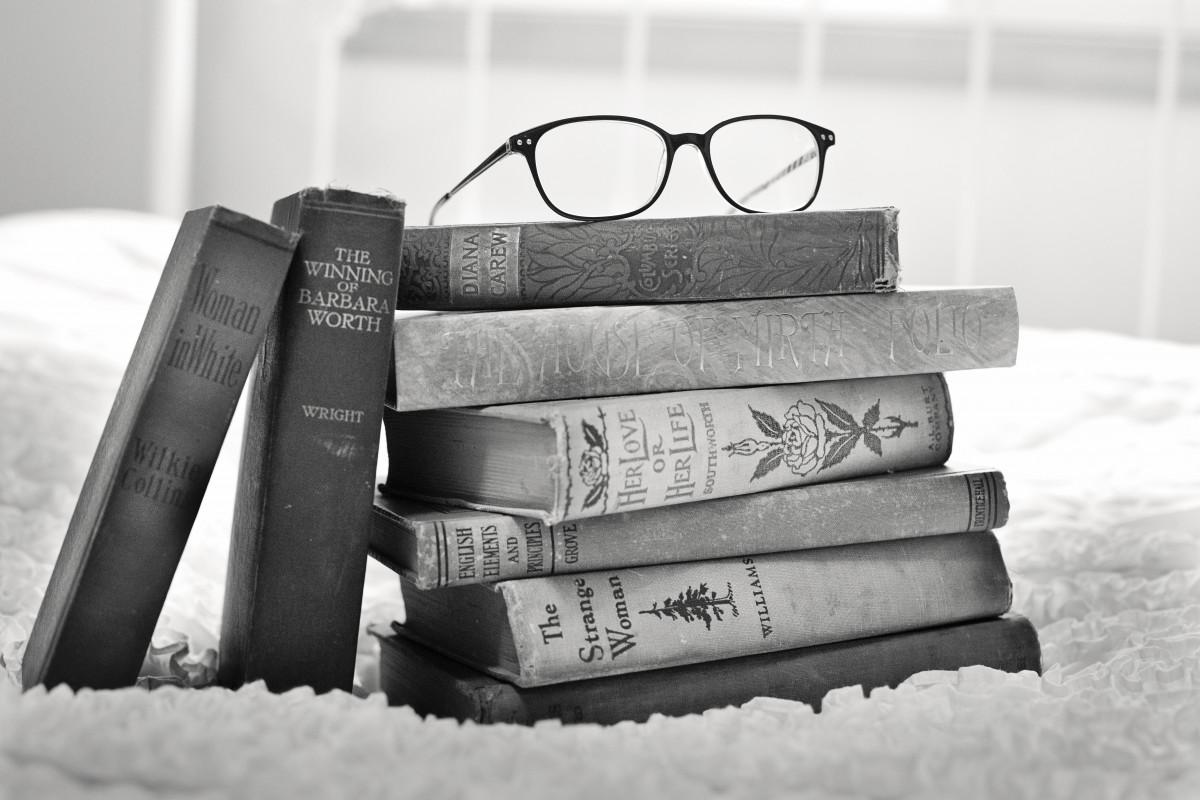 libro en blanco y negro antiguo Retro antiguo leyendo apilar negro mueble monocromo material educación marca producto textil literatura libros cama aprendizaje sabiduría conocimiento libros viejos Fotografía monocroma pila de libros Libros antiguos