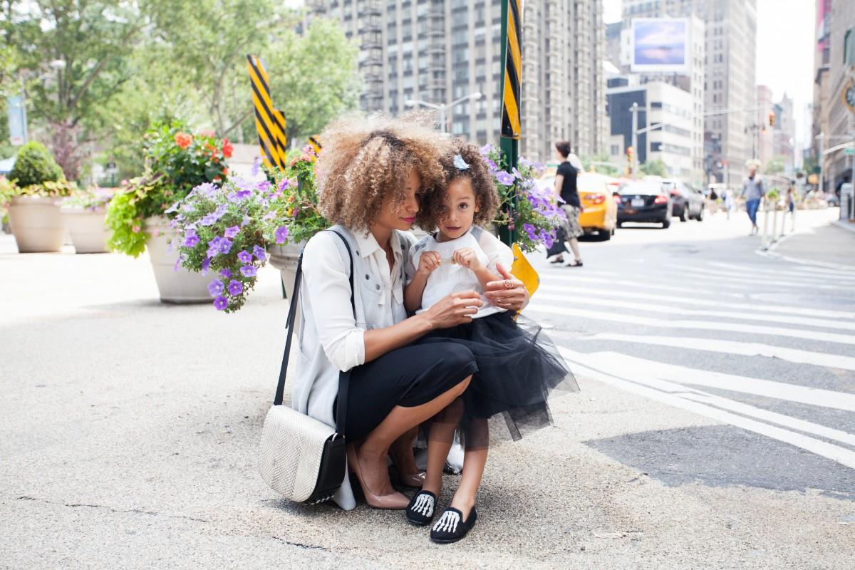 persona mujer la carretera calle niño primavera niño Moda ceremonia madre Interacción