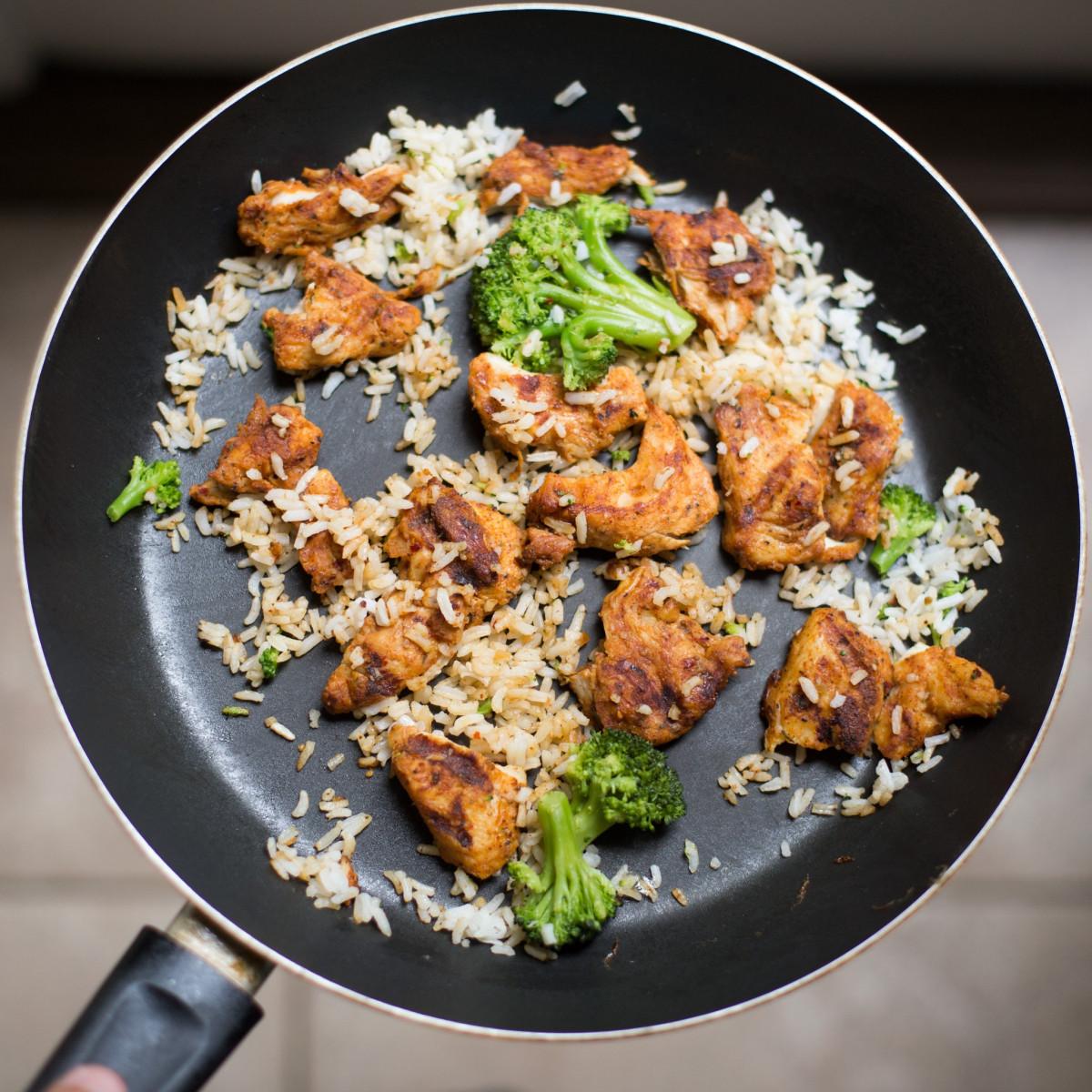 plat repas aliments cuisine produire légume moi à le déjeuner cuisine délicieux poulet riz brocoli dîner les restes poêle à frire