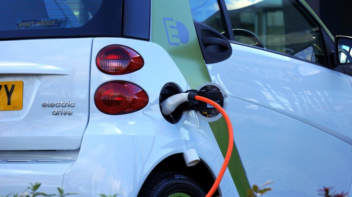 teknologi bil bil kjøring transport miljø grønn kjøretøy ren elektrisitet energi eco økologi alternativ makt batteri hybrid mini stikkontakt elektrisk lade brensel forsyning støpsel elektrisk bil oppladbart lade bybil bildeler make automotive utvendig kompakt bil kjøretøyets registreringsnummer plate