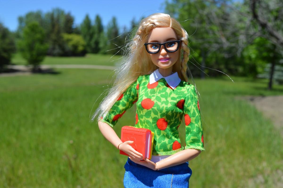 Nerdy Blondes Mädchen Brille