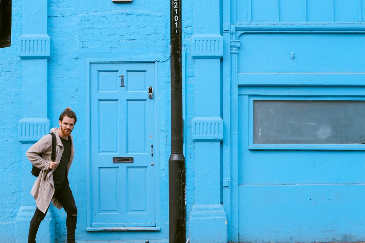 おとこ, 歩く, 窓, 壁, 男性, 男, 色, ファサード, 青, ドア, コーカサス人