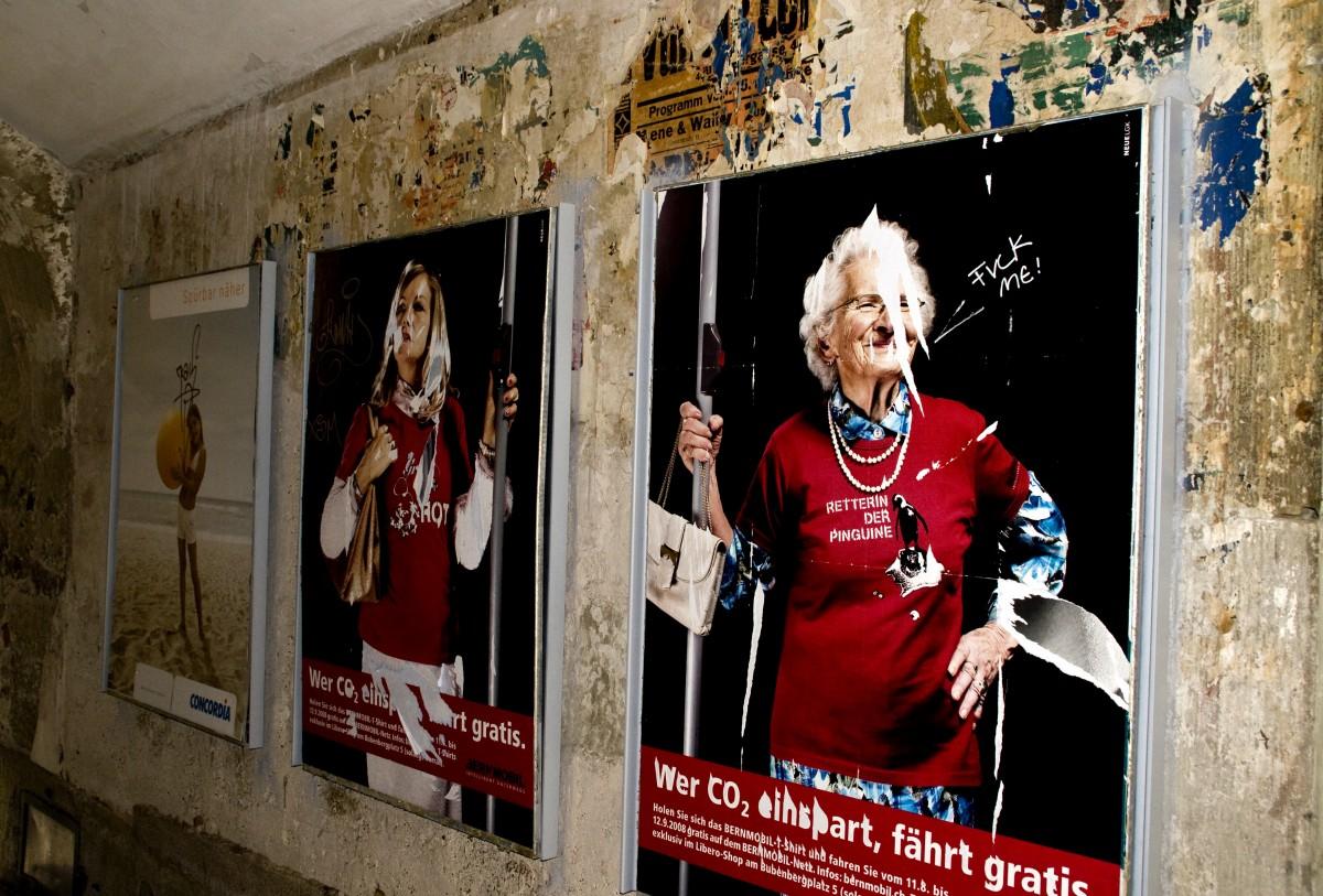 personer kvinna årgång gammal vägg reklam- röd mormor konst vandalism  affischer fotografera affisch skadad urartad 815f5a438455d