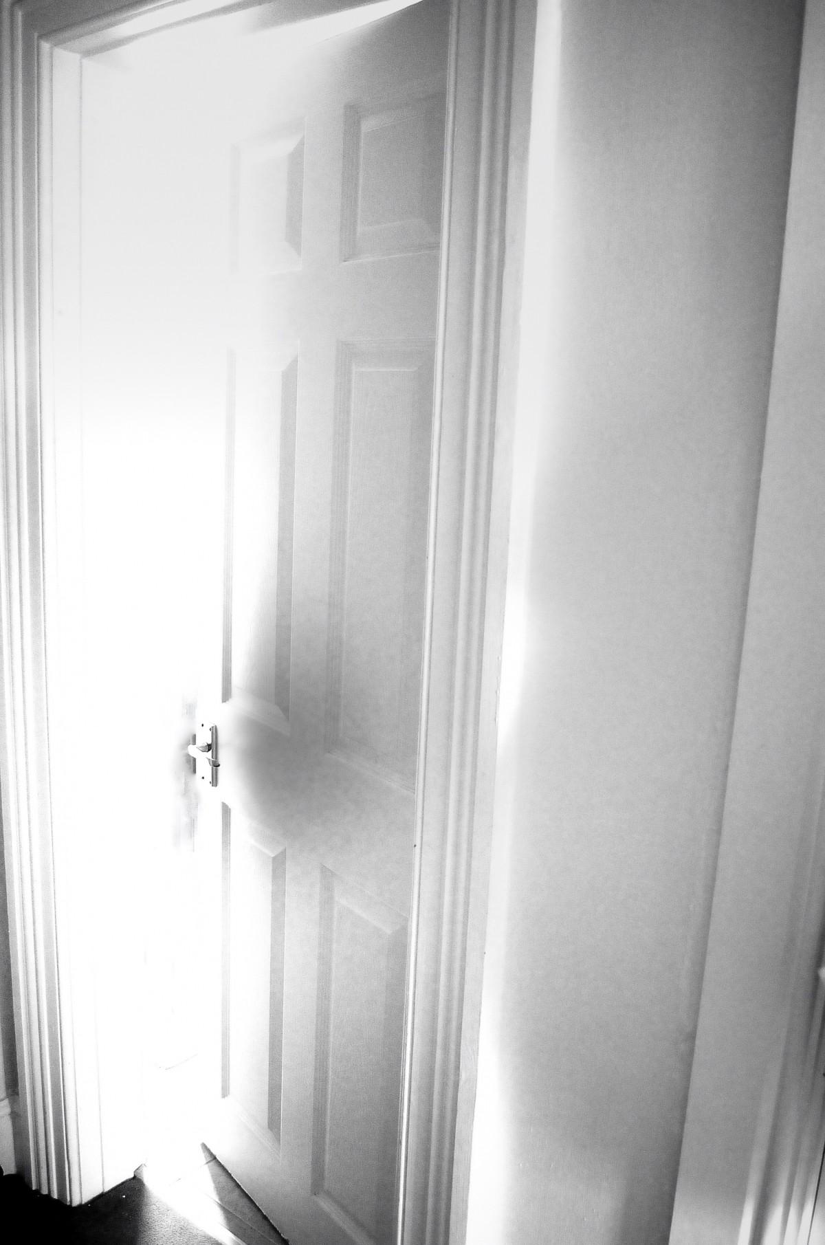 kostenlose foto ffnen licht schwarz und wei wei fotografie geheimnis schatten. Black Bedroom Furniture Sets. Home Design Ideas