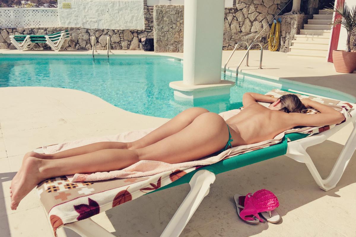 fotka-topless-v-basseyne-seks