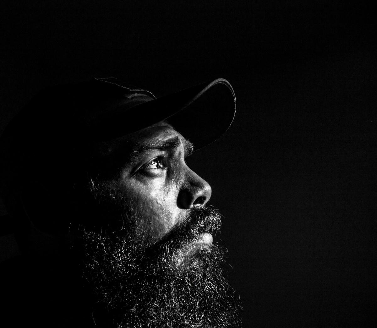 images gratuites noir et blanc la photographie seul solitude m le gars portrait. Black Bedroom Furniture Sets. Home Design Ideas