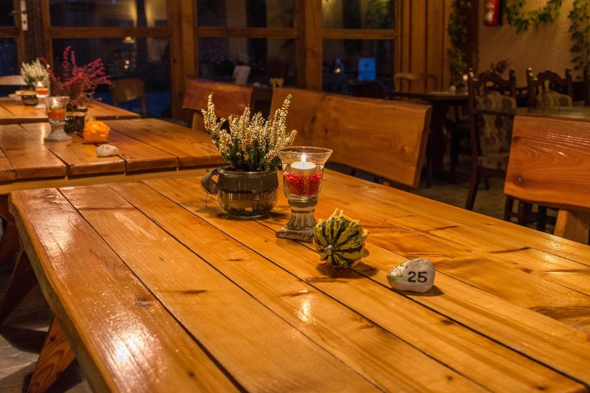 Kostenlose foto tabelle holz sessel sitzpl tze sitz restaurant m bel gem tlichkeit - Nachtclub decoratie ...