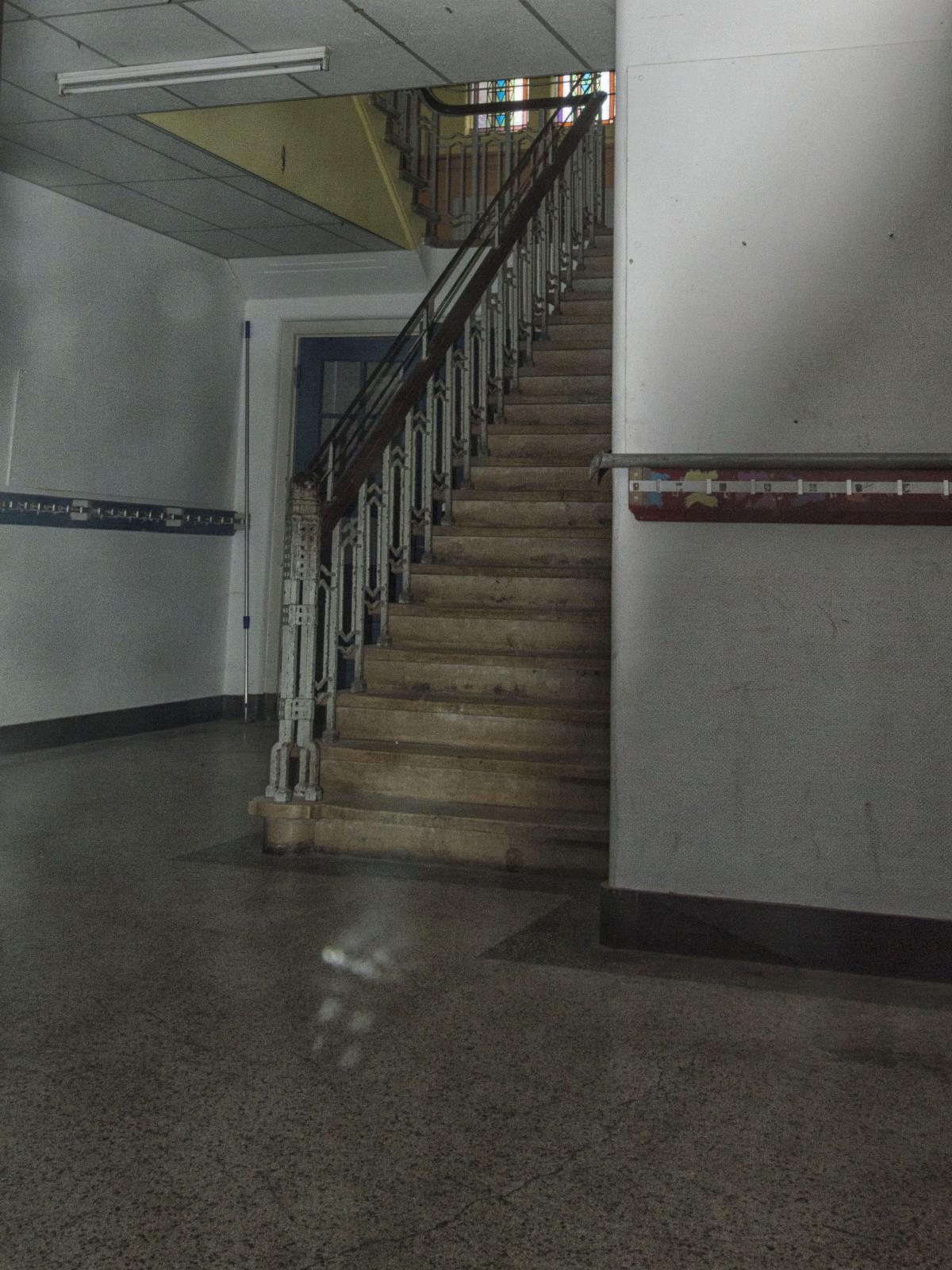 Fotos gratis arquitectura sala habitaci n dise o de for Escalera de madera al aire libre precio