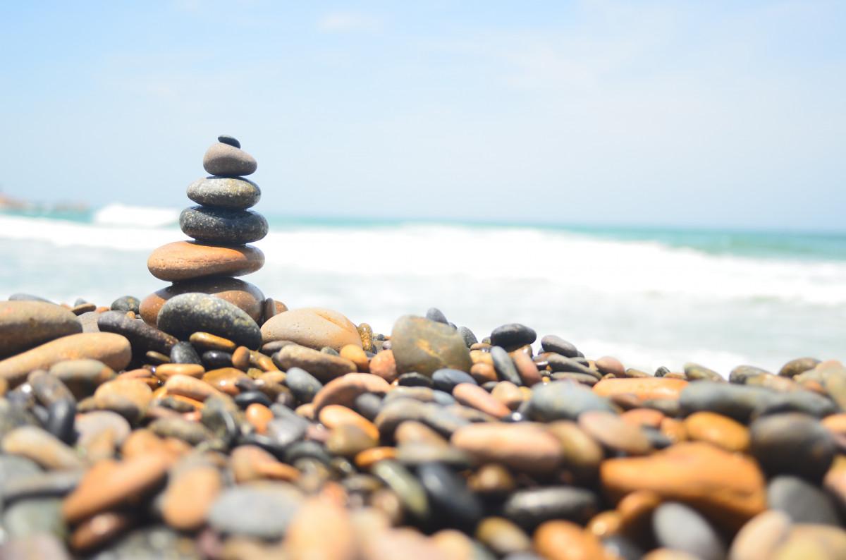 количество подделок, картинка морские камушки и волны них здесь