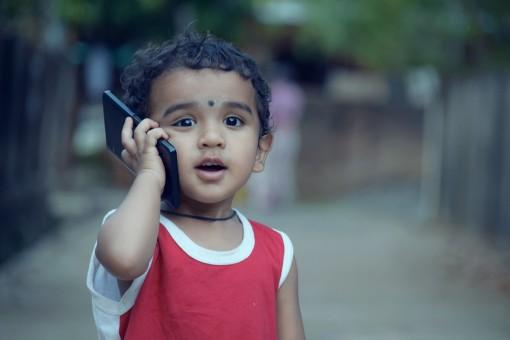 Fotos gratis : niña, jugar, teléfono, rosado, juguete, niñito, vocación, Retrato de niño, Bebe ...