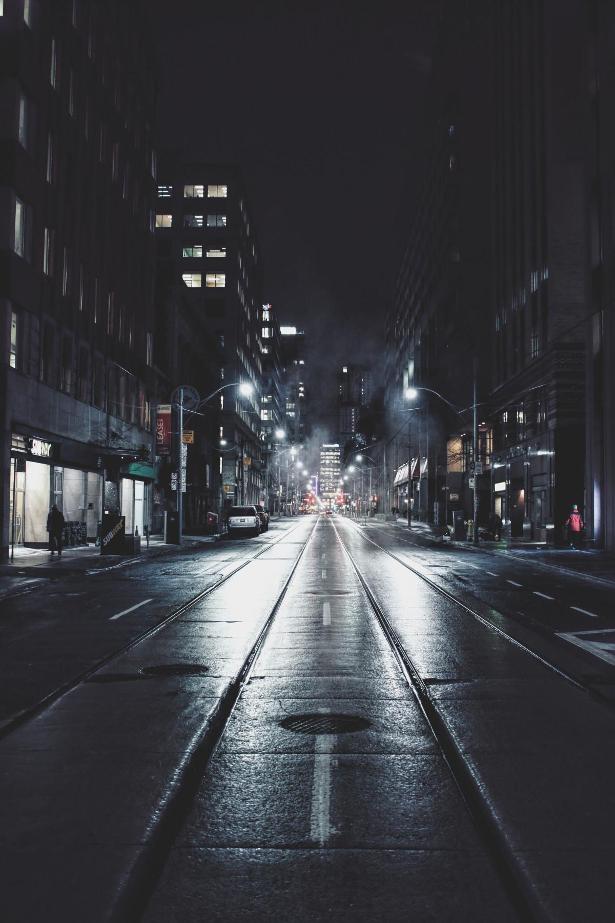 雪 冬 光 人 道路 通り 夜 シティ 都市 都市景観 ダーク 神秘 イブニング 天気 落ち着いた 闇 ナイトライフ 街路灯 モノクロ LANE 点灯 夜市 屋外 不思議な 建物 インフラ 店頭 シーン 店舗 気分 大都市 夜の街 かなり