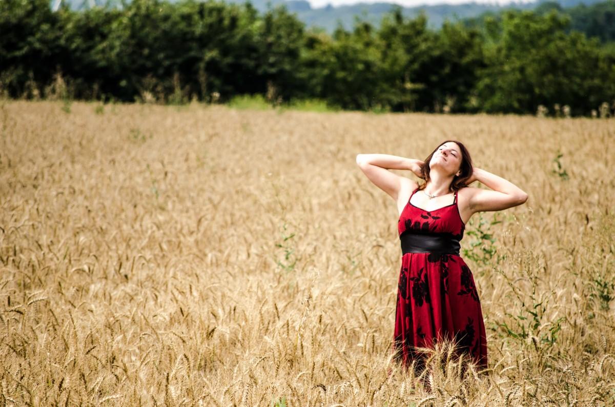 Gambar : wanita, bidang, kamera, fotografi, padang rumput ...