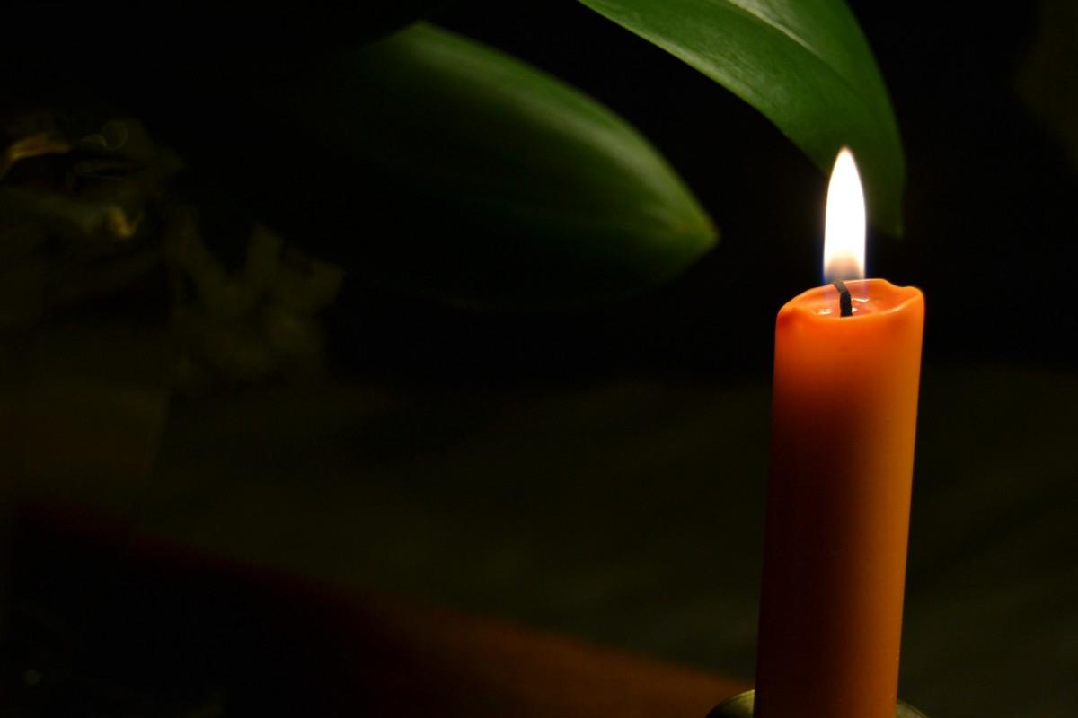 Картинка свечи в темноте