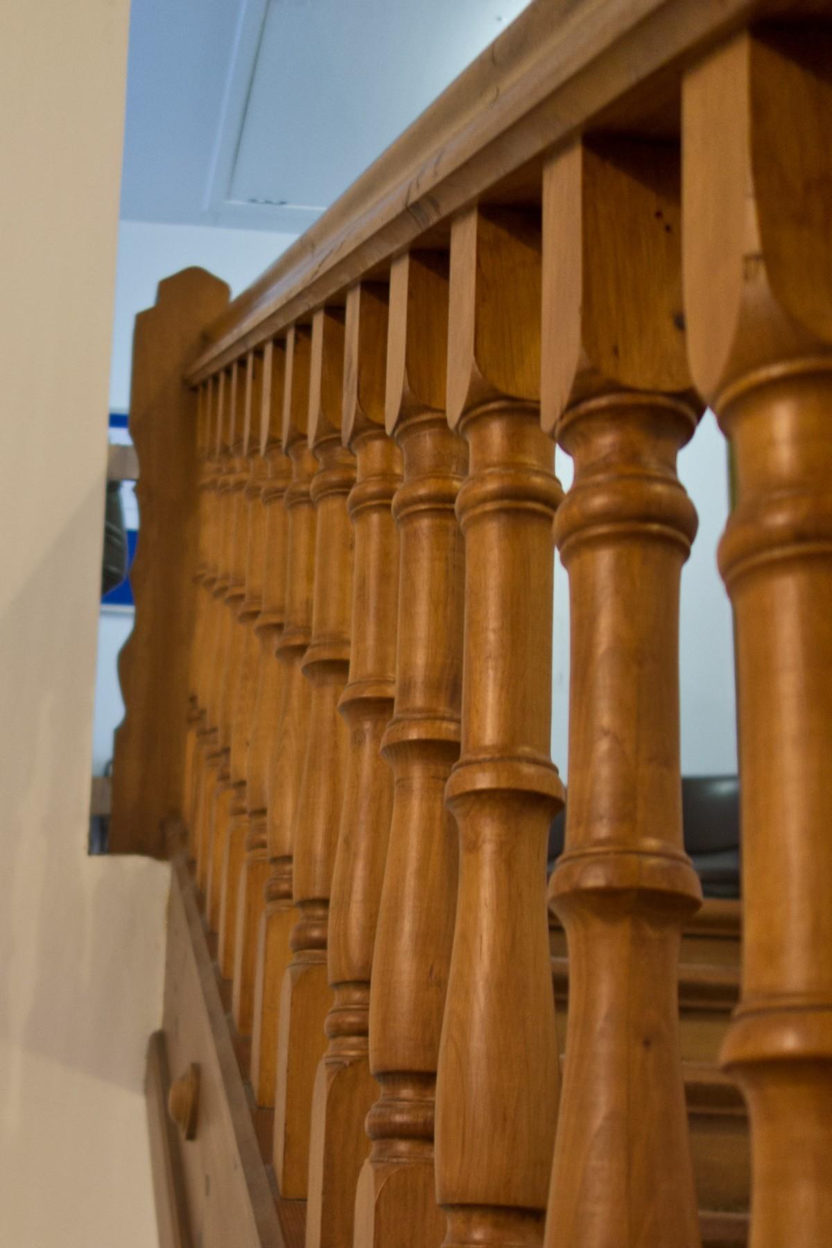 Images gratuites architecture bois escalier for Balustrade bois interieur