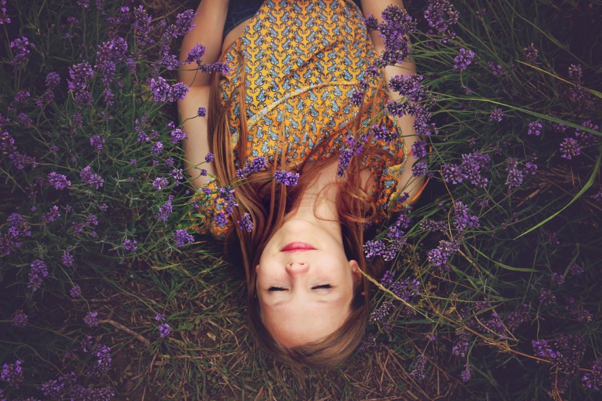 natura pianta ragazza capelli fotografia campagna fiore viola fioritura estate floreale femmina modello primavera colore naturale autunno moda signora flora stagione lavanda acconciatura sorridente fiori all'aperto rilassamento vestito contento felicità occhio viola fotografia bellezza Immagine profumo profumo fragranza lavanda servizio fotografico addormentato