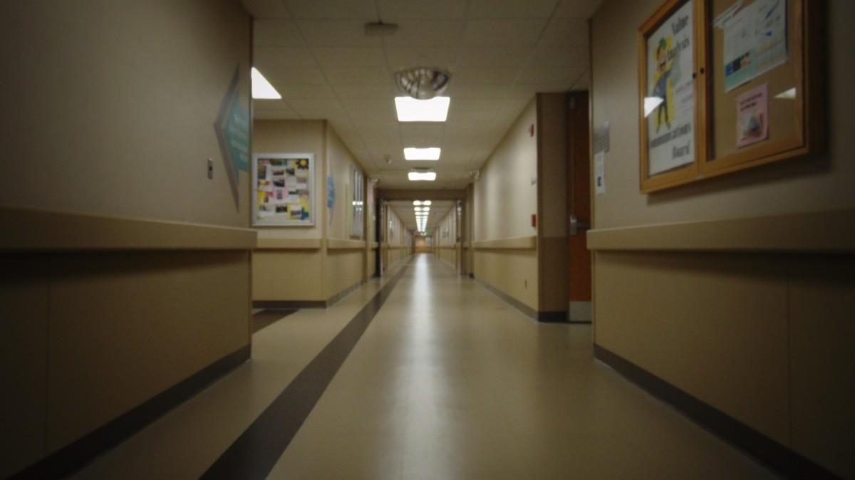 Fotos gratis hombre persona arquitectura blanco piso for Diseno pasillos interiores