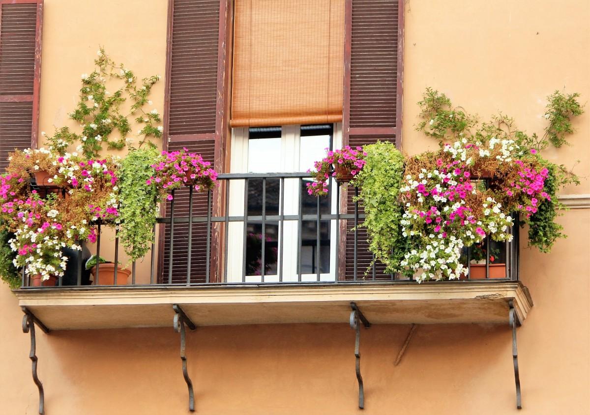 Искусственные цветы на балконе фото