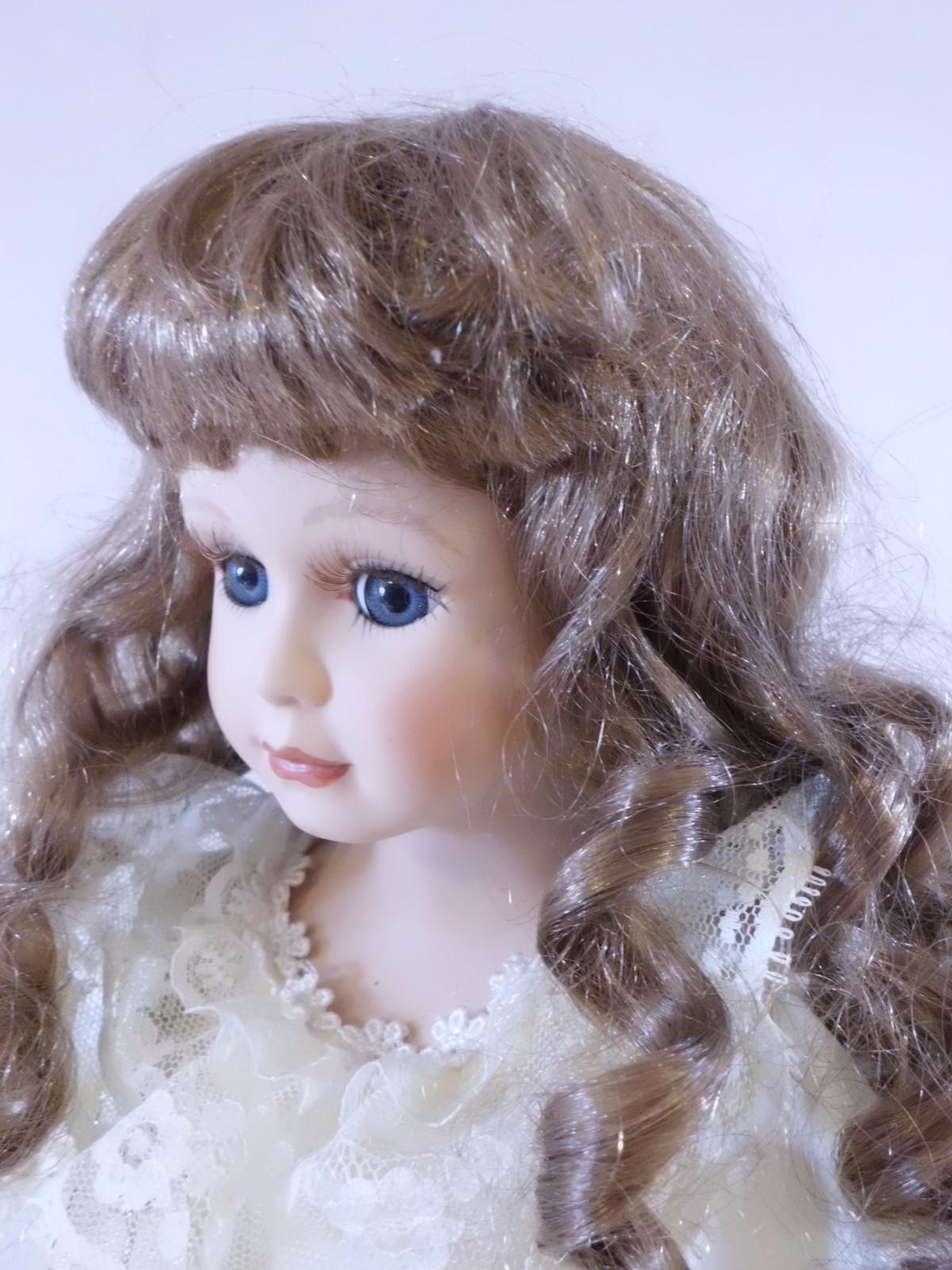 Fotos gratis : cabello, marrón, niño, ropa, juguete, infancia, peinado, pelo largo, cara, muñeca ...