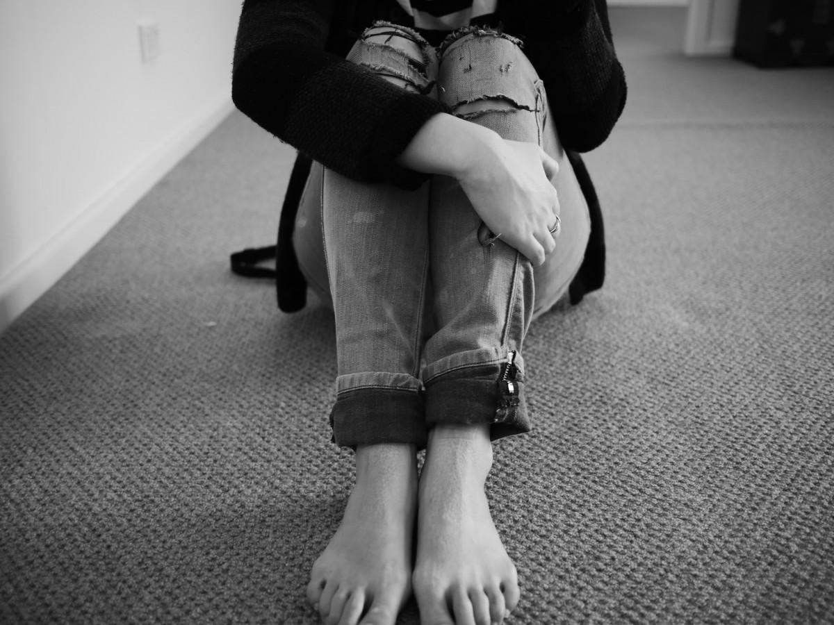 kéz Férfi személy fekete és fehér nő fehér fényképezés egyedül férfi láb ülés divat fekete monokróm szakadt farmer emberi test szomorú cipő fénykép sebezhető interakció monokróm fényképezés emberi pozíciók