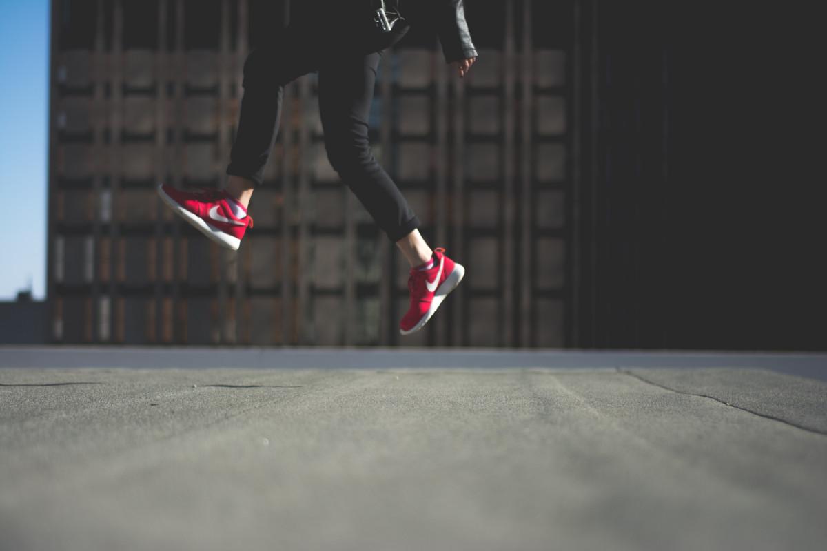pessoa cobertura cidade Saltando jovem vermelho açao Nike estilo de vida lazer equipamentos esportivos Ao ar livre sapatos Diversão feliz Patas alegria ativo Captura de tela