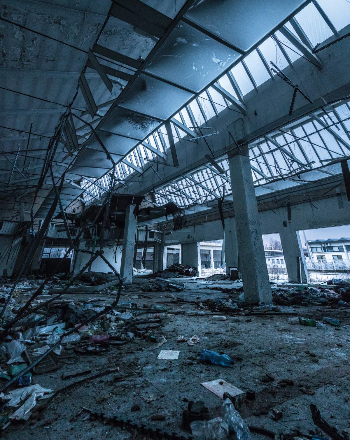 abandonado Edificio abandonado arquitectura roto edificio dañar tiempo de día decaer En descomposición demolición sucio vacío interior acero Trusses de acero urbano residuos
