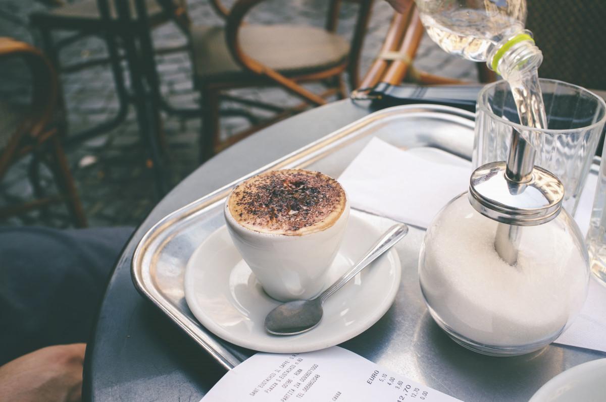 Venkovní kavárna káva restaurace pohár jídlo jídlo napít se snídaně espresso kofein terasa Řím italština pozdní snídaně přestávka na kávu smysl macchiato