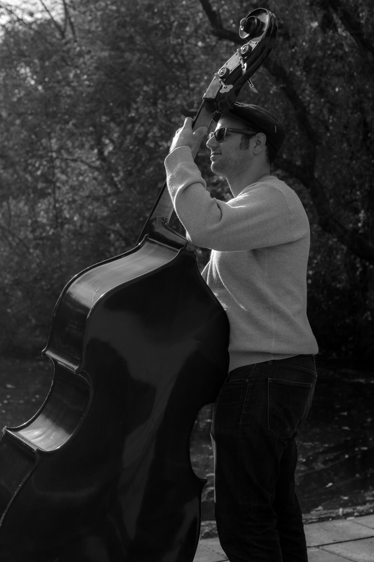 おとこ 人 音楽 黒と白 白 写真 ギター ミュージシャン 黒 モノクロ 楽器 写真 ギタリスト 写真撮影 音楽プレーヤー ダブルベース 直立低音 モノクロ写真 弦楽器 フィルム・ノワール コントラバス