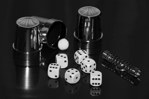 Gambar : tangan, hitam, lengan, papan permainan, pengocok, kubus, pertandingan, mirroring, dadu ...