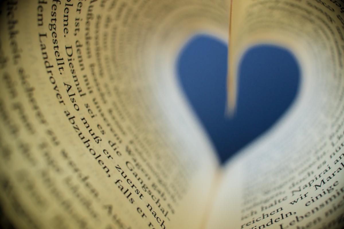 l'écriture main livre lis blanc la photographie nombre amour cœur Couleur romance bleu papier cercle éducation fermer corps humain Pages Littérature livres texte œil organe forme émotion Macrophotographie