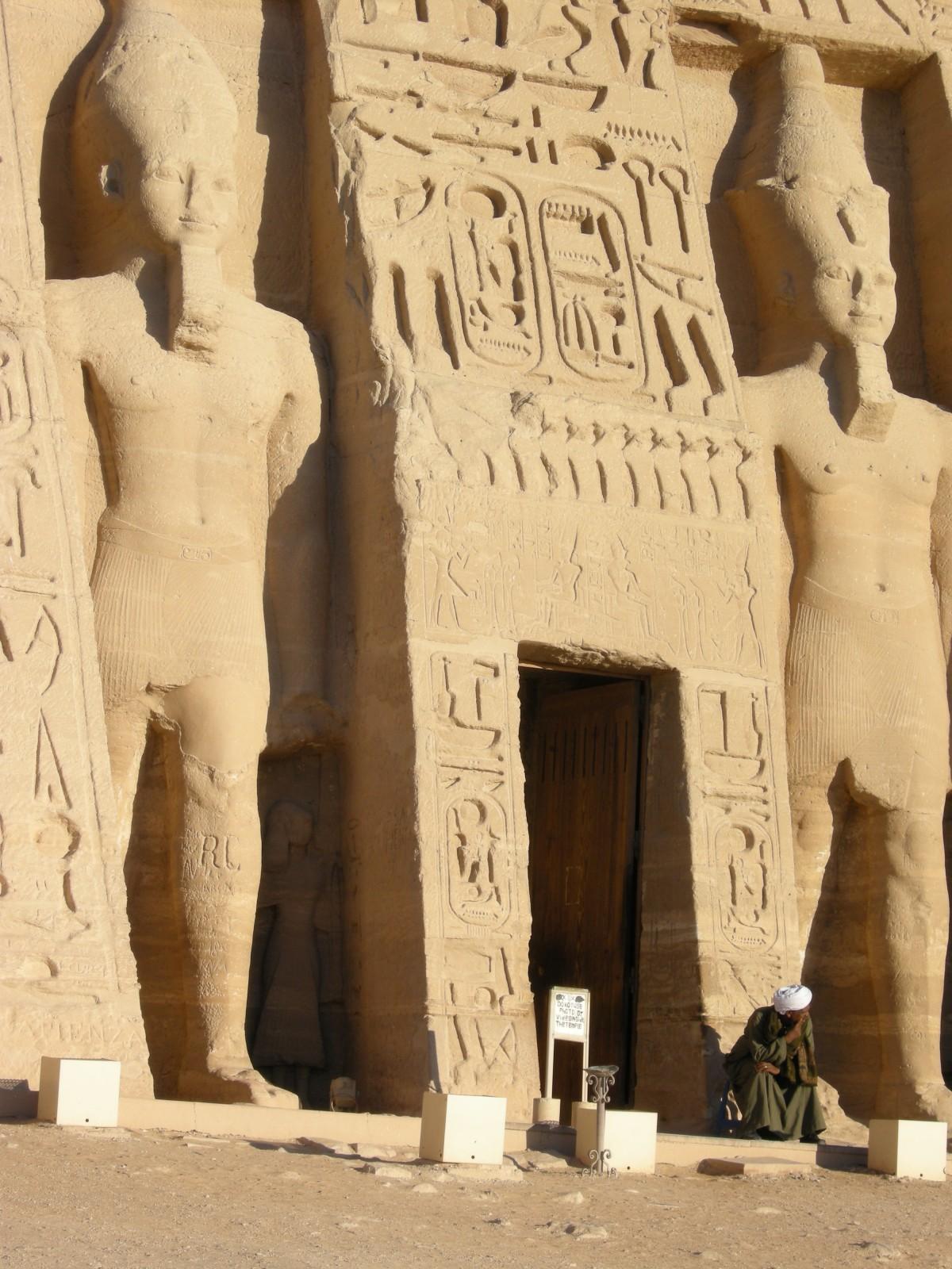formal analysis egyptian statue nedjumu biblio